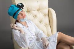 Портрет ` s доктора Женщина доктор в хорошем настроении Мы желаем хорошее здоровье Стоковое Фото