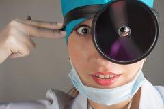 Портрет ` s доктора Женщина доктор в хорошем настроении Мы желаем хорошее здоровье Стоковые Изображения