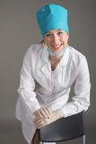 Портрет ` s доктора Женщина доктор в хорошем настроении Мы желаем хорошее здоровье Стоковое фото RF