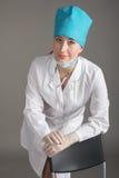 Портрет ` s доктора Женщина доктор в хорошем настроении Мы желаем хорошее здоровье Стоковое Изображение