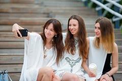 Портрет selfie образа жизни молодых положительных девушек имея потеху и делая selfie Концепция приятельства и потехи с новой Стоковая Фотография RF