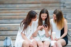 Портрет selfie образа жизни молодых положительных девушек имея потеху и делая selfie Концепция приятельства и потехи с новой Стоковое Фото