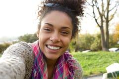 Портрет Selfie усмехаясь молодой женщины Стоковые Изображения RF