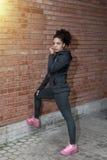 Портрет sportswear молодой женщины нося Стоковое Изображение RF