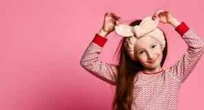 Портрет winsome девушки в ее розовых пижамах и мягком держателе покрашен в рамке стоковые фотографии rf