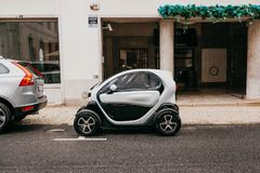 Португалия, Лиссабон, 1-ое июля 2018: Автомобиль ` s Renault современный компактный схематический экологический припаркован на ул стоковые фото