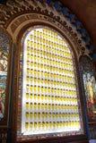 Португалия, Лиссабон, площадь коммерции, Praça делает Comércio, стену бара украшенного с пивными бутылками стоковое изображение