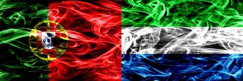 Португалия против флагов дыма Сьерра-Леоне установила сторону - - сторона Толстые покрашенные шелковистые флаги дыма португальско стоковое изображение rf