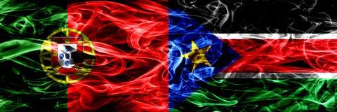 Португалия против южных флагов дыма Судана установила сторону - - сторона Толстые покрашенные шелковистые флаги дыма португальско стоковые изображения