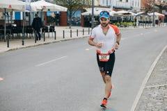 Португалия, Setubal, 8-ое апреля 2018: Конкуренции триатлона Профессиональное triathlonist принимать конкуренция стоковое фото