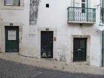 Португальские двери улицы в Лиссабоне стоковое изображение rf
