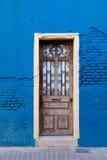 Португалия, Лиссабон, старая дверь на голубой стене Стоковые Изображения RF