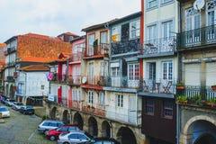 ПОРТУ, ПОРТУГАЛИЯ - 29-ОЕ МАРТА 2018 - улицы города и традиционные фасады старых домов в Порту стоковое фото rf