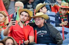 ПОРТУ, PORTUGLAL - 9-ое июня 2019: Португальские вентиляторы и зрители в стойках поддерживают команду во время лиги наций UEFA стоковые изображения