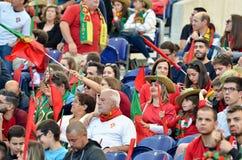 ПОРТУ, PORTUGLAL - 9-ое июня 2019: Португальские вентиляторы и зрители в стойках поддерживают команду во время лиги наций UEFA стоковое изображение
