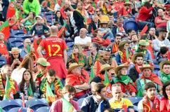 ПОРТУ, PORTUGLAL - 9-ое июня 2019: Португальские вентиляторы и зрители в стойках поддерживают команду во время лиги наций UEFA стоковые фото