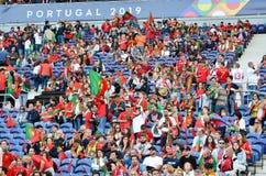 ПОРТУ, PORTUGLAL - 9-ое июня 2019: Португальские вентиляторы и зрители в стойках поддерживают команду во время лиги наций UEFA стоковое фото