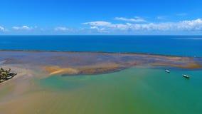 Порту Seguro, Бахя, Бразилия: Взгляд красивого пляжа с некоторыми шлюпками стоковое изображение