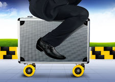 Портфель катания бизнесмена к идее концепции беговой дорожки Стоковое Фото
