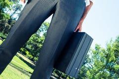 Портфель нося бизнесмена на парке Стоковые Фото