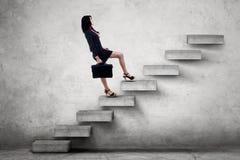 Портфель нося женского работника на лестницах Стоковые Изображения