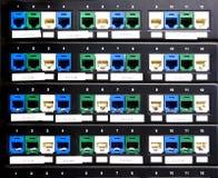 Порты пульта временных соединительных кабелей на шкафе в сервере Стоковая Фотография RF
