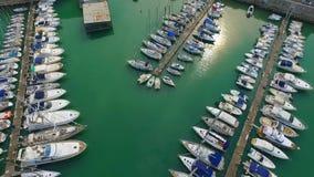 Порт Адриатического моря Trani Apulia Провинция Barletta-Andria-Trani Шлюпки и яхты сток-видео