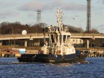 Порт буксира входя в, мост на ландшафте предпосылки сельском морском Стоковые Фотографии RF