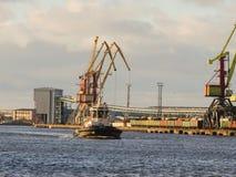 Порт буксира входя в на высшей скорости промышленный ландшафт Стоковое Изображение RF