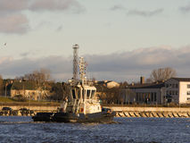 Порт буксира входя в Сельский морской ландшафт Стоковые Изображения RF