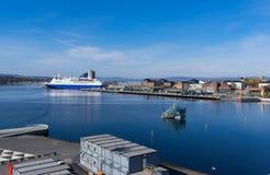 Порт в Осло с большим туристическим судном стоковое изображение