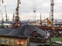 Порт груза промышленный, краны порта Загрузка антрацита Транспорт угля Ворох угля Стоковое Изображение