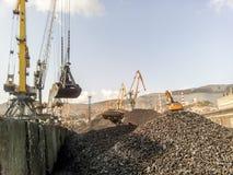 Порт груза промышленный, краны порта Загрузка антрацита Транспорт угля Ворох угля Стоковые Фотографии RF