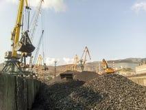 Порт груза промышленный, краны порта Загрузка антрацита Транспорт угля Ворох угля Стоковая Фотография