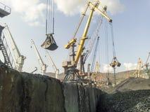 Порт груза промышленный, краны порта Загрузка антрацита Транспорт угля Ворох угля Стоковая Фотография RF