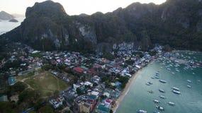 Порт деревни с традиционными филиппинскими шлюпками стоковое изображение