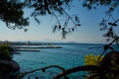 Порт и остров стоковое изображение rf