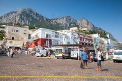 Порт Капри с туристами, автомобилями, строя фасадами Стоковое Изображение