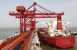 Порт Китая Qingdao и стержень железной руд руды тонны стоковые фотографии rf