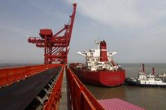 Порт Китая Qingdao и стержень железной руд руды тонны стоковая фотография