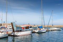 Порт красивые белые яхты и шлюпки Стоковая Фотография