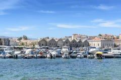Порт красивые белые яхты и шлюпки Стоковое фото RF