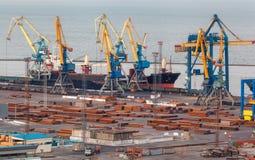 Порт моря коммерчески на ноче в Mariupol, Украине Промышленный взгляд Корабль перевозки груза с работой вытягивает шею мост в мор Стоковые Фотографии RF