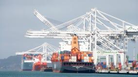 Порт Окленд, пятый самый занятый порт контейнера в США стоковое изображение