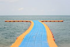 Порт пластмассы плавая на море Стоковое Фото