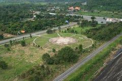 Порт посадки вертолета на зеленой траве на Khundan Prakranchon da Стоковые Фотографии RF