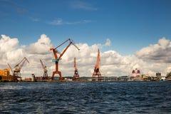 Порт с кранами в Гётеборге стоковые изображения