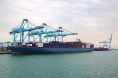 порт шлюпки баржи состыкованный грузом промышленный к Стоковое Изображение