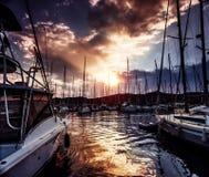 Порт яхты на драматическом заходе солнца стоковое изображение