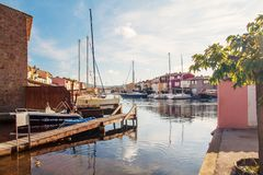 Порт Grimaud - красивое место около St Tropez Яхты и роскошь Стоковые Фото